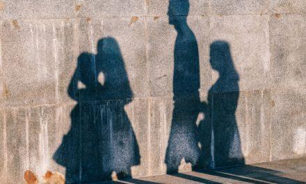 La madre separata che pregiudica i rapporti tra padre e figlio paga i danni